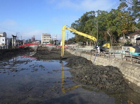 国宝 青井阿蘇神社の蓮池内土砂浚渫作業を行っております!
